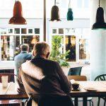 Czy praca opiekunki osób starszych zarezerwowana jest tylko dla kobiet? Obalamy mity.