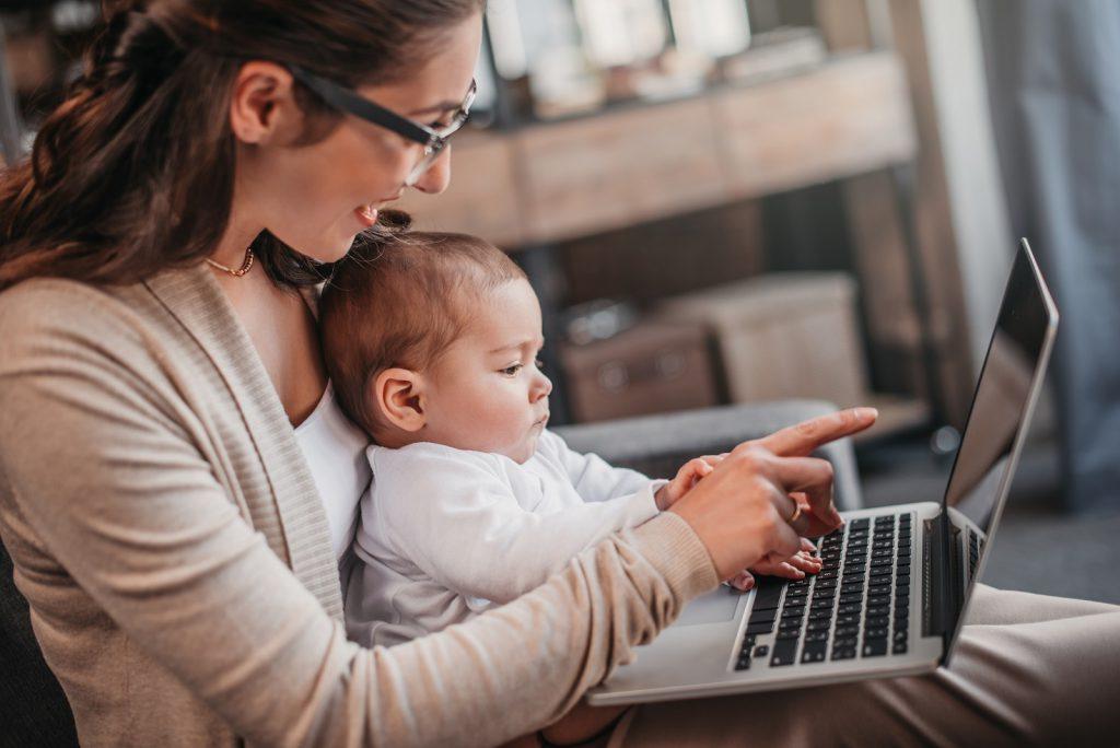Mama w sieci, czyli skąd czerpać wiedzę o rodzicielstwie?