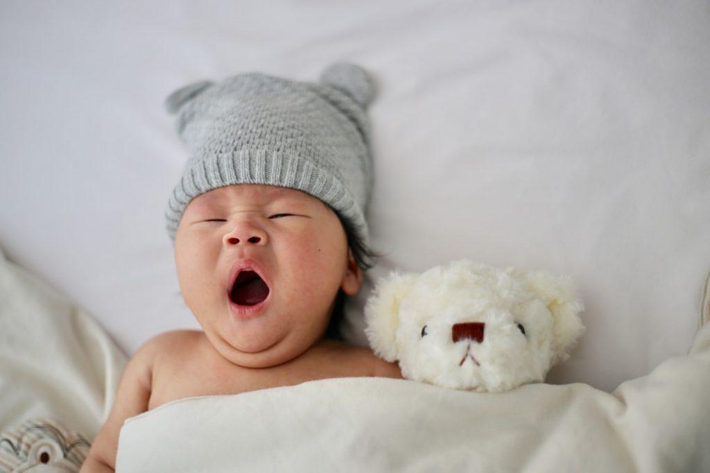 Kosmetyki i wyprawka dla niemowlaka - jakie produkty powinny się w niej znaleźć